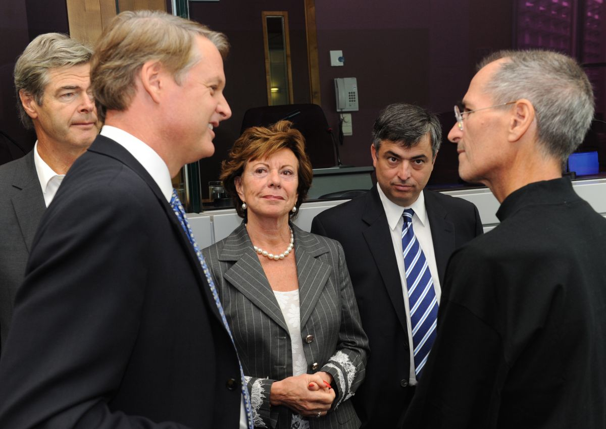 Eddy Cue (second to the right) and Steve Jobs (far right) at the European Commission, 17 Sep 2008